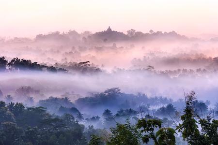 Kleurrijke zonsopgang achtergrond Borobudur tempel, silhouet van Gunung Merapi, Merbabu. Uitzicht vanaf Punthuk Setumbu. Borobudur, Magelang, Midden-Java, Indonesië.