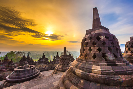 Taman Lumbini park from the height of the temple complex Candi Borobudur at sunrise in the fog. Stockfoto