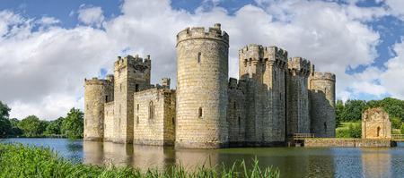 castello medievale: Sussex, Regno Unito - 9 Luglio, 2013: con fossato del castello Bodiam vicino Robertsbridge in East Sussex, in Inghilterra � stato costruito nel 1385 per difendere la zona contro l'invasione francese durante la Guerra dei Cent'anni.