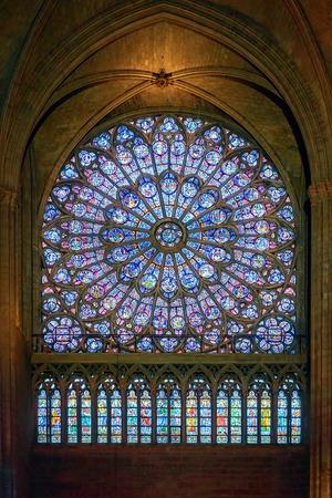 Parijs, Frankrijk - 17 april 2015: Interieur van de Notre Dame de Paris, een van de meest bezoekende bezienswaardigheid in Parijs. Redactioneel