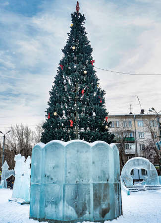 Christmas tree and ice figures on the New Year's playground, South Ural, Chelyabinsk 免版税图像