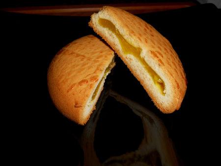 lemon pie: Pie de lim�n en un plato negro