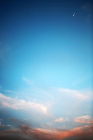 ciel avec nuages: Magnifique coucher de soleil, ciel bleu profond et la lune Banque d'images