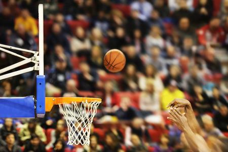 Het scoren van de winnende punten bij een basketbalwedstrijd, motion blur Stockfoto