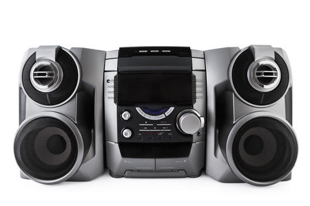 Compacte stereo-installatie cd en cassette speler geïsoleerd met het knippen van weg