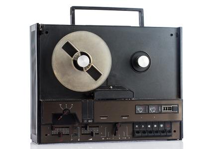 grabadora: Dirty grabadora retro en el fondo blanco