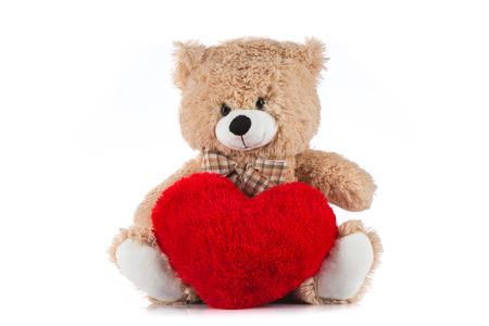 oso de peluche: Osito de peluche sosteniendo un coraz�n en el fondo blanco Foto de archivo