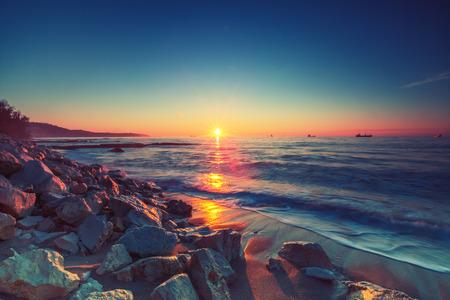 cielo y mar: Hermoso amanecer sobre el horizonte,