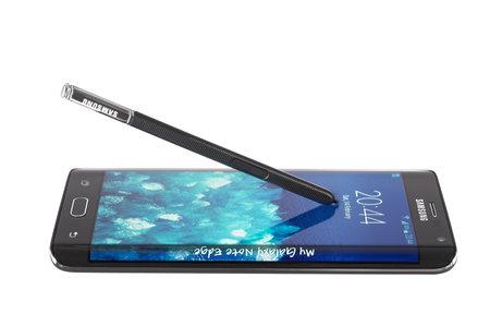 galaxie: Varna, Bulgarien - 14. Februar 2015: Studio geschossen von einem schwarzen Samsung Galaxy Note Edge-Smartphone mit 16-Megapixel-Kamera, Quad-Core 2,7 GHz und 5,6 gekrümmten Rand Screen-Display, 1600 x 2560 Pixel Auflösung.