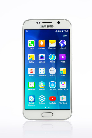samsung galaxy: Varna, Bulgaria - April 13, 2015: Studio shot of a white Samsung Galaxy S6 smartphone, with 16 mP Camera, quad-core 2,7 GHz and 440 x 2560 pixels Display Resolution
