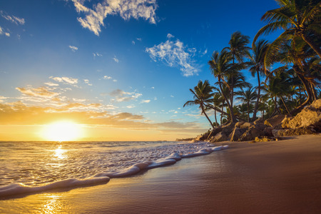 Landschap van het paradijs tropisch eiland strand, zonsopgang schot Stockfoto