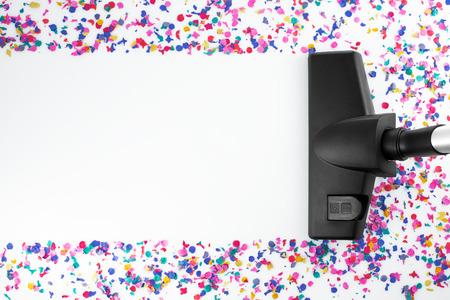 mujer limpiando: Limpieza para el hogar con la aspiradora y copia espacio para un mensaje de texto