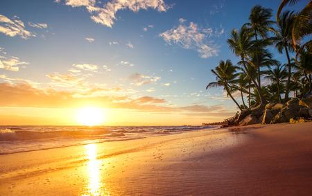 sol radiante: Salida del sol en una isla tropical Foto de archivo