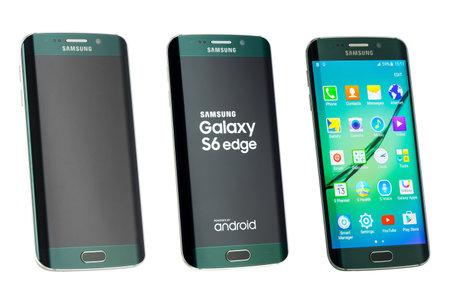 galaxie: Varna Bulgarien 26. Mai 2015: Studioaufnahme eines grünen Samsung Galaxy S6 Edge-Smartphone mit 16-Megapixel-Kamera Quadcore 27 GHz und 440 x 2560 Pixel Bildschirmauflösung