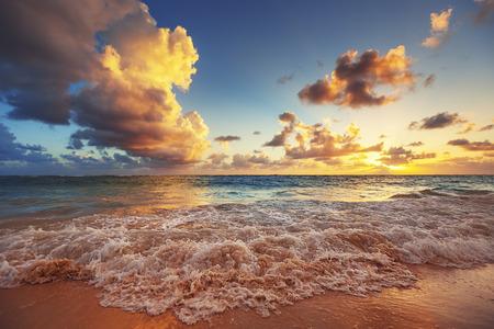 카리브 해의 해변에서 일출