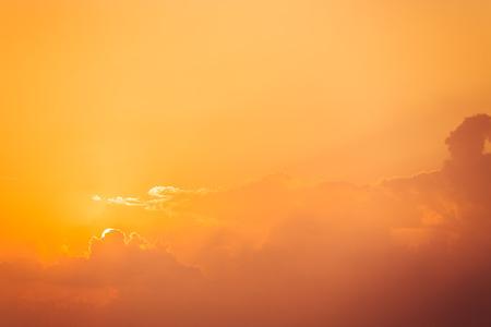 sky clouds: Salida del sol del cielo dram�tico nubes