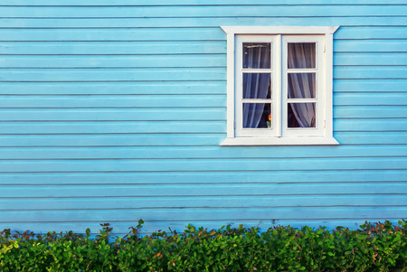 fachada: Ventana blanca decorativa en una pared de madera azul una en Punta Cana Foto de archivo