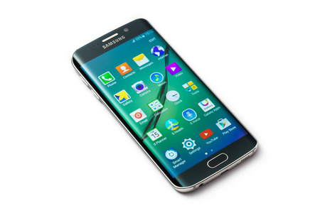 samsung galaxy: Varna, Bulgaria - May, 28, 2015: Studio shot of a green Samsung Galaxy S6 Edge smartphone, with 16 mP Camera, quad-core 2,7 GHz and 440 x 2560 pixels Display Resolution