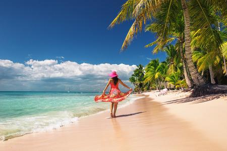 섬의 해변에서 휴식 근심, 젊은 여자