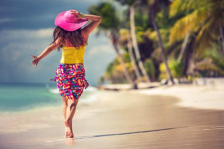 열대 해변에서 휴식 평온한 젊은 여자
