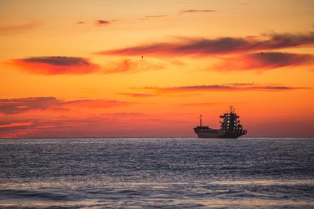 bateau: Sailling p�cheur avec son bateau sur beau lever de soleil sur la mer