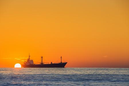 바다 위에 아름다운 일출 그의 보트와 어부 sailling