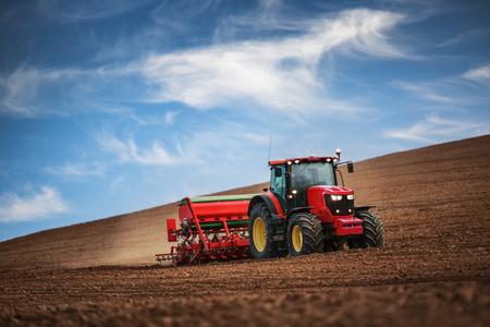 siembra: Farmer en tractor preparar las tierras agrícolas con cama de siembra para el próximo año