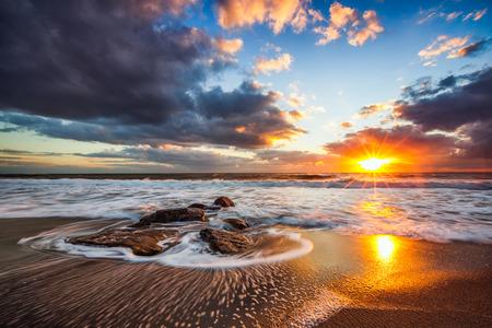 ozean: Schöne Wolkengebilde über dem Meer Sonnenaufgang erschossen