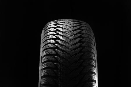 llantas: Neumáticos de invierno aislados sobre fondo negro
