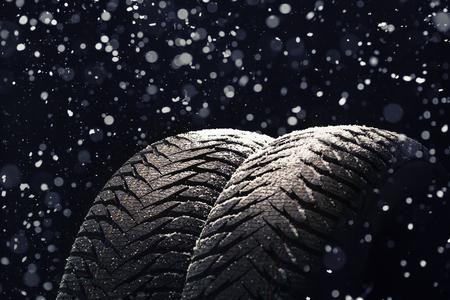 검은 색 바탕에 눈이 겨울에 자동차 타이어 스톡 콘텐츠