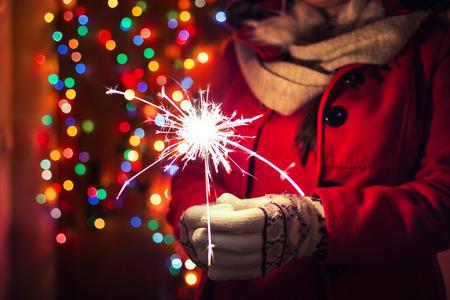 여자 bokeh 배경 위에 벵골 조명을 들고입니다. 크리스마스 개념입니다. 스톡 콘텐츠