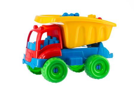 Kolorowe zabawki ciężarówki na białym tle