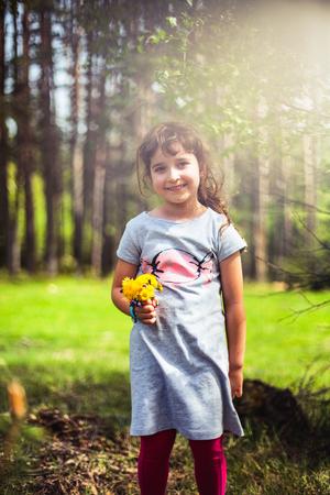 chicas sonriendo: Ni�a bonita en el bosque de monta�a, de fondo paisaje de primavera