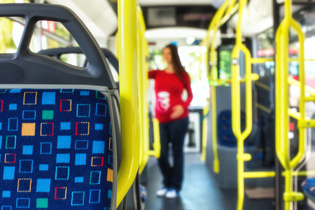連れの公共 autobus または路面電車、仕事や学校に彼女の通勤中に妊娠中の女性のシルエット