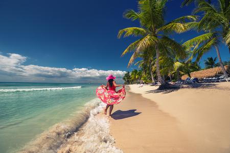 Sorglose junge Frau auf der tropischen Sandstrand zu Fuß, Insel Saona, Dominikanische Republik