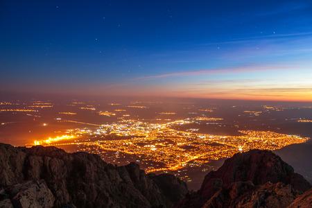 Sonnenuntergang und Lichter der Stadt, schöne Nacht über die Stadt