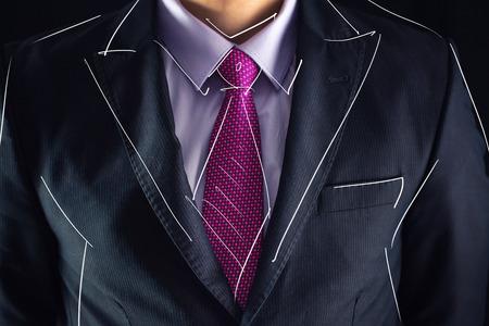 poses de modelos: Retrato de detalle de hombre de negocios en juego con el lazo y el boceto de dibujo
