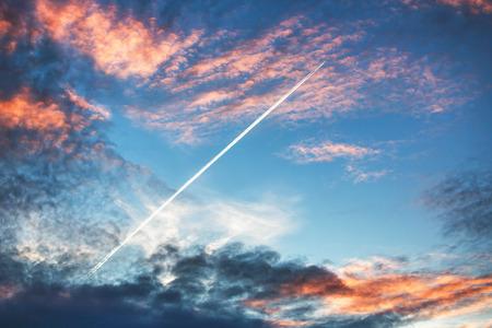 to fly: Avi�n vuela en la puesta del sol espectaculares nubes y dejando rastro