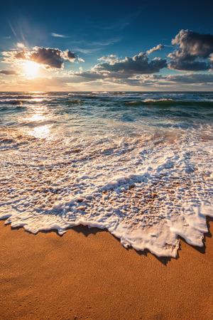 olas de mar: Cloudscape hermoso sobre el mar, tiro amanecer
