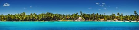 playas tropicales: Vista panorámica de las palmeras exóticas en la playa tropical de la isla