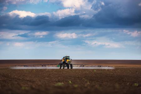 arando: Tractor arando la agricultura y la pulverizaci�n sobre el terreno