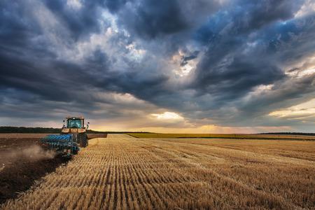 arando: Farmer en tractor con arado, arado en un campo