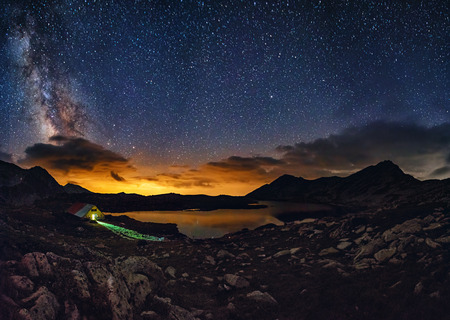 Milky way over the Tevno lake, Pirin mountain Zdjęcie Seryjne - 63092579