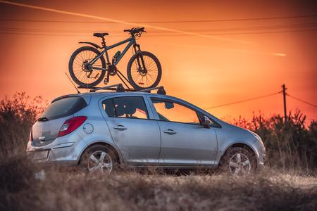 자동차 지붕에 자전거를 운반합니다. 스톡 콘텐츠