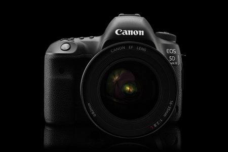 Varna, Bulgaria - 24 septiembre, 2016: cámara Canon 5D Mark IV con Canon EF 16-35 mm f / 2,8L II USM sobre un fondo negro. Canon es el mayor fabricante del mundo de la cámara SLR.