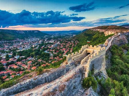 Vue aérienne de la Ovech forteresse médiévale près de Provadia, Bulgarie, coucher de soleil tir