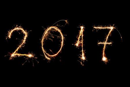 celebra: FELIZ AÑO NUEVO 2017 escrito con los fuegos artificiales como un fondo