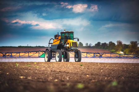 arando: Tractor arando la agricultura y la pulverización sobre el terreno