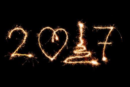 celebração: FELIZ ANO NOVO 2017 escrito com fogos de artifício como pano de fundo
