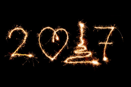 FELIZ ANO NOVO 2017 escrito com fogos de artif�cio como pano de fundo
